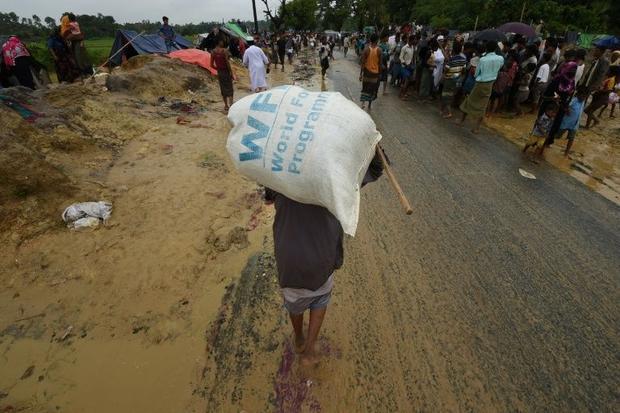 A Rohingya Muslim refugee carries a WFP rice bag in Bangladesh.
