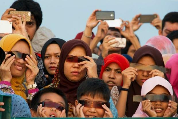 People watch the total solar eclipse in Banda Aceh on March 9  2016